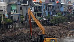 Suasana saat alat berat mengeruk endapan material lumpur dari Kanal Banjir Barat di Kawasan Roxy, Jakarta, Sabtu (21/4). Selain mencegah pendangkalan, pengerukan juga dilakukan untuk mengantisipasi banjir. (Merdeka.com/Imam Buhori)
