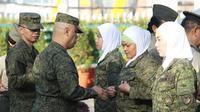 Tentara berhijab Filipina menerima penghargaan dari perwira tinggi Angkatan Bersenjata Filipina (Armed Forces of the Philippines)