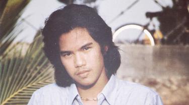 Ini gaya rambut Ahmad Dhani waktu masih muda dulu. Sudah mulai suka tampil dengan rambut panjang, ya. (Instgaram @ahmaddhaniprast)