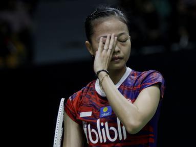 Tunggal Putri Indonesia, Fitriani, tampak lesu usai ditaklukkan wakil China, Han Yue, pada laga Indonesia Masters 2020 di Istora, Jakarta, Rabu (15/1/2020). Fitriani kalah dengan skor 6-21 dan 17-21. (Bola.com/M Iqbal Ichsan)