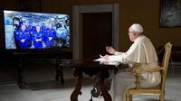 Paus Fransiskus saat berbincang dengan enam astronaut yang menghuni ISS (AFP)