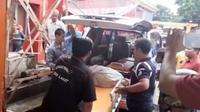Jasad korban SW yang diduga dimangsa Harimau Sumatera dievakuasi (Liputan6.com / Nefri Inge)