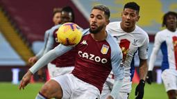 Gelandang Aston Villa, Douglas Luiz (depan), menguasai bola dibayangi bek Crystal Palace, Patrick van Aanholt, dalam laga lanjutan Liga Inggris 2020/21 pekan ke-15 di Villa park, Birmingham, Sabtu (26/12/2020). Aston Villa menang 3-0 atas Crystal Palace. (AFP/Rui Vieira/Pool)