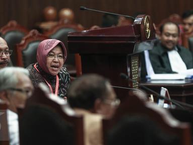 Wali Kota Surabaya Tri Rismaharini berada di ruang sidang Mahkamah Konstitusi, Jakarta, Rabu (8/6). Risma akan menjadi saksi atas gugatan warga Surabaya tentang Pengalihan Wewenang Penyelenggaraan Pendidikan kepada Pemprov. (Liputan6.com/Faizal Fanani)