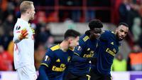 Pemain Arsenal Bukayo Saka (kedua kanan) merayakan golnya ke gawang Standard Liege bersama rekan-rekannya pada pertandingan Grup F Liga Europa di Stadion Maurice Dufrasne, Liege, Belgia, Kamis (12/12/2019). Arsenal juara grup setelah menahan Standar Liege 2-2. (JOHN THYS/AFP)
