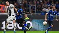Dejan Kulusevski (kiri) saat membela Parma melawan Inter Milan di San Siro (26/10/2019). (AFP/Miguel Medina)
