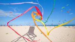 Peserta menerbangkan layang-layang selama Festival Layang-layang Internasional di Fuerteventura, kepulauan Canary, Spanyol, 10 November 2018. Festival diikuti 45 penerbang layang-layang profesional dan amatir dari delapan negara. (DESIREE MARTIN/AFP)
