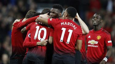 Para pemain Manchester United merayakan gol yang dicetak Paul Pogba ke gawang Bournemouth pada laga Premier League di Stadion Old Trafford, Manchester, Minggu (30/12). MU menang 4-1 atas Bournemouth. (AP/Martin Rickett)