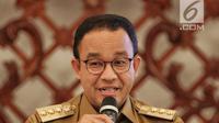 Gubernur DKI Jakarta Anies Baswedan memberi keterangan terkait pengambilalihan pengelolaan air, Gedung Balai Kota Jakarta, Senin (11/2). Menurut Anies, selama ini kinerja mitra swasta tidak mencapai target melayani masyarakat. (Liputan6.com/Faizal Fanani)
