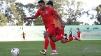 Pandi Lestaluhu saat masih bermain di Arema FC. (Bola.com/Iwan Setiawan)