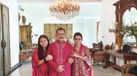 Mayangsari unggah potret berbaju merah bersama keluarga di hari pertama Lebaran (Dok.Instagram/@mayangsaritrihatmodjoreal/https://www.instagram.com/p/CAkjvdmgX5G/Komarudin)