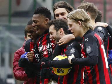 Para pemain AC Milan merayakan kemenangan atas Torino pada laga Coppa Italia di Stadion San Siro, Selasa (12/1/2021). AC Milan menang adu penalti dengan skor 5-4. (AP/Antonio Calanni)