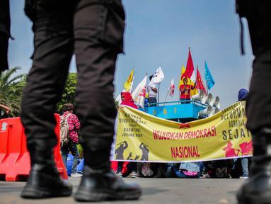 Massa yang tergabung dalam Front Perjuangan Rakyat (FPR) menggelar aksi unjuk rasa di depan Istana Negara, Jakarta, Senin (25/9). Aksi tersebut sebagai peringatan Hari Tani Nasional (HTN) 2017. (Liputan6.com/Faizal Fanani)