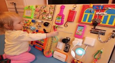 Anak-anak sudah mulai kecanduan gadget? Coba alihkan dengan berbagai permainan di busy board.