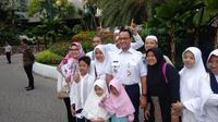 Gubernur DKI Jakarta Anies Baswedan melayani warga yang ingin berfoto saat akan menuju ke Monas untuk hadir di reuni 212.. (Liputan6.com/Putu Merta Surya Putra)