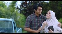 Deva Mahenra dan Dewi Yull di salah satu adegan film Cinta Laki-Laki Biasa. (Starvision)