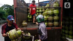 Pekerja saat melakukan penurunan elpiji 3 kilogram di Jakarta, Kamis (5/3/2020). Pemerintah berencana mengembangkan jaringan gas (jargas) atau citygas guna menambal beban fiskal akibat subsidi elpiji 3 kilogram. (Liputan6.com/Johan Tallo)