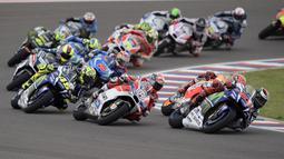 Para pembalap beraksi selepas start MotoGP Argentina 2016 di Sirkuit Autodromo Termas de Rio Hondo. (AFP/Juan Mabromata)