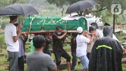Kerabat menggotong keranda jenazah mantan penggawa Timnas Indonesia, Ricky Yacobi di TPU Tanah Kusir, Jakarta, Sabtu (21/11/2020). Ricky Yacobi meninggal dunia pada Sabtu (21/11). Ricky Yacobi merupakan striker andalan Timnas Indonesia era 1980 hingga 1990 an. (Liputan6.com/Helmi Fithriansyah)