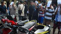 Sejumlah tersangka pencuri dan penadah serta barang bukti sepeda motor hasil curian di Mapolres Madiun. (ANTARA)