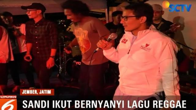 """Untuk meramaikan suasana, mantan wakil Gubernur Jakarta ini juga ikut naik ke atas panggung menyanyikan lagu """"No Woman No Cry"""" milik Bob Marlie."""
