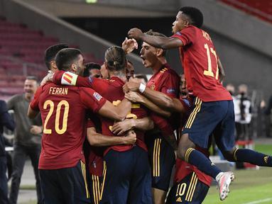 Pemain Spanyol merayakan gol yang dicetak Jose Gaya ke gawang Jerman pada laga Nation League di Mercedes-Benz Arena, Berlin, Jumat (4/9/2020) dini hari WIB. Jerman bermain imbang 1-1 atas Spanyol. (AFP/Thomas Kienzle)