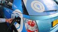 Pengemudi mobil Blue Bird BYD e6 A/T tengah mengisi daya listrik di pool Blue Bird, Jakarta, Selasa (23/4). Perusahaan taksi Blue Bird meluncurkan taksi bertenaga listrik pertama di Indonesia. Rencananya, sebanyak 30 unit taksi listrik Blue Bird akan beroperasi mulai Mei 2019. (Liputan6.com/Angga Yu