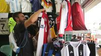 Toko Jersey di Jalan Chula, Bangkok, menjual aneka jersey lawas dan terbaru. (Bola.com/Benediktus Gerendo Pradigdo)