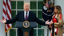 Presiden Donald Trump dan Melania Trump memberikan sambutan sebelum upacara pengampunan kalkun dalam perayaan Thanksgiving di Gedung Putih, Selasa (20/11). Ini adalah tradisi tahunan yang biasa dilakukan oleh Presiden Amerika Serikat. (AP/Carolyn Kaster)