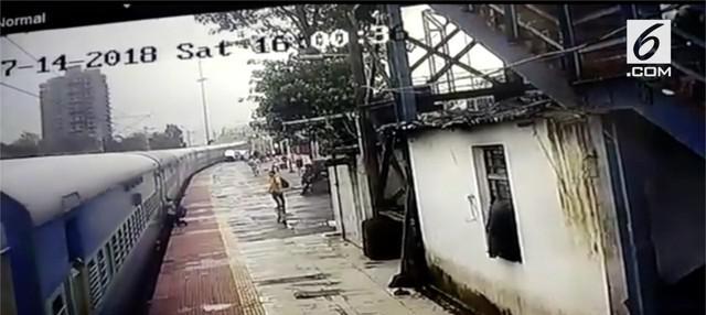 Seorang pria di Mumbai, India nekat menaiki kereta yang sudah berjalan. Akibatnya, pria tersebut tergantung dan terseret pintu kereta karena hilangnya keseimbangan.