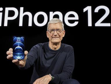 CEO Apple Tim Cook memegang iPhone 12 Pro baru saat acara Apple di Apple Park, Cupertino, California, Amerika Serikat, 13 Oktober 2020. Apple meluncurkan seri iPhone 12 yang mendukung teknologi seluler 5G. (Brooks KRAFT/Apple Inc./AFP)