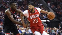 Pebasket Houston Rockets, Clint Capela, berusaha menghadang pebasket New Orleans Pelicans, Anthony Davis, pada laga NBA di Toyota Center, Minggu (25/3/2018). Rockets menang 114-91 atas Pelicans. (AP/Eric Christian Smith)