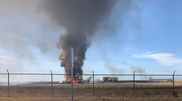 Sebuah pesawat jet terbakar sesaat setelah gagal lepas landas di Bandara Oroville, California, Rabu (21/8/2019). Sebanyak 10 penumpang dan kru berhasil menyelamatkan diri sebelum pesawat yang sempat keluar dari landasan pacu itu akhirnya terbakar. (California Highway Patrol via AP)
