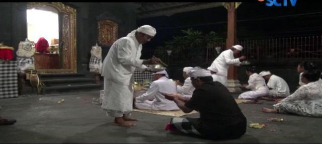 Melawan kantuk dan dinginnya pagi, sejumlah pemuka agama Hindu dan prajuru desa, bersembahyang.