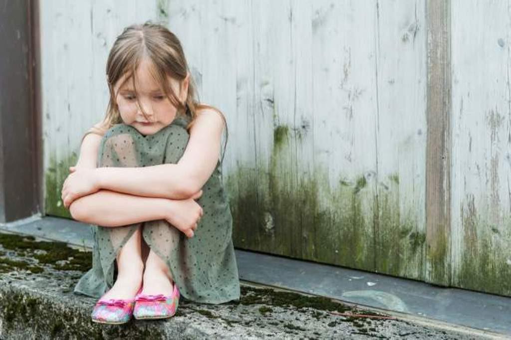 Mengetahui penyebab anak mudah terserang gangguan cemas. (Sumber Foto: Mommyish)