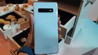 Menjajal Samsung Galaxy S10 varian Prism White di Indonesia. Liputan6.com/Agustin Setyo Wardani
