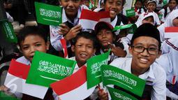 Pelajar SD bersiap menyambut kedatangan Raja Arab Saudi, Salman bin Abdulaziz di sekitar Istana Bogor, Rabu (1/3). Rencananya sekitar 50.000 pelajar akan berjajar untuk menyambut kedatangan Raja Arab dan Presiden Jokowi. (Liputan6.com/Helmi Fithriansyah)