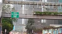 Banjir setinggi 20-30 cm terjadi di peremmpatan Sarinah, Jalan MH Thamrin, Jakarta Pusat. Saat ini hanya lajur paling kanan yang dapat dilintasi. (TMCPoldaMetro)