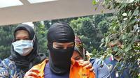 Artis Cyntiara Alona saat dihadirkan sebagai tersangka di Ditreskrimum Polda Metro Jaya, Jakarta, Jumat (19/03/2021). Cynthiara Alona merupakan pemilik sekaligus pengelola hotel yang diduga mengetahui praktik prostitusi serta 2 laki laki sebagai mucikari. (Liputan6.com/Herman Zakharia)