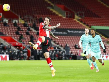Pemain Southampton Danny Ings mencetak gol ke gawang Liverpool pada pertandingan Liga Inggris di St Mary's Stadium, Southampton, Inggris, Senin (4/1/2021). Southampton menang 1-0 atas Liverpool. (AP Photo/Noami Baker,Pool)