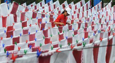 Seorang murid menjemur kertas daur ulang di SD Tarakanita 5, Jakarta, Sabtu (12/1). Selain memperingati HUT ke-45 SD tersebut, pembuatan seribu kertas daur ulang ini juga untuk mengurangi sampah di Jakarta yang belum teratasi. (Merdeka.com/Imam Buhori)