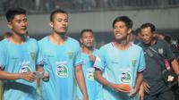 Para pemain Persela Lamongan berjalan santai meninggalkan lapangan Stadion Maguwoharjo, usai laga kontra PSS Sleman pada laga pekan ke-14 Shopee Liga 1 2019, Kamis (15/8/2019). (Bola.com/Vincentius Atmaja)