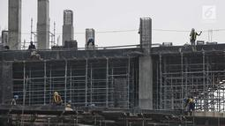 Pekerja menyelesaikan pembangunan proyek gedung di Jakarta, Jumat (20/7). Dirjen Bina Konstruksi Kementerian PUPR Syarif Burhanuddin mengatakan, Indonesia kekurangan tenaga kerja konstruksi bersertifikat dan berijazah. (Liputan6.com/Faizal Fanani)
