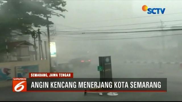 Hujan deras disertai angin kencang melanda sebagian wilayah di Kota Semarang. Angin kencang menimbulkan kepanikan pada warga. Bahkan, plafon sebuah hotel ambruk diterjang angin.