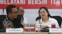 Menko PMK, Puan Maharani berbincang dengan Menpora Imam Nahrawi disela rapat tingkat menteri persiapan pelaksanaan Asian Games 2018 di Jakarta, Kamis (12/7). Rapat tersebut mengevaluasi cabang olahraga (cabor) dalam Asian Games (Liputan6.com/Angga Yuniar)