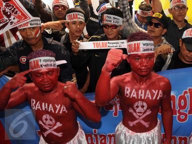 Sejumlah pekerja JICT melakukan aksi unjuk rasa di depan Gedung KPK, Jakarta, Kamis (10/3/2016). Dalam aksinya mereka menuntut penuntasan kasus perpanjangan kontrak PT Jakarta International Container Terminal (JICT). (Liputan6.com/Helmi Afandi)