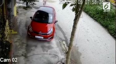 Lihat saat seorang cewek mencoba mengeluarkan mobil dari parkiran. Ia begitu kesulitan dan butuh waktu beberapa menit untuk mengeluarkan mobilnya. Anda salah satunya?