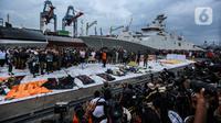 Sejumlah awak media saat meliput terkait jatuhnya pesawat Sriwijaya Air  SJ 182 di JICT Tanjung Priok, Jakarta Utara, Selasa (12/1/2020). Saat ini black box telah berada di Pelabuhan Jakarta International Container Terminal (JICT 2). (Liputan6.com/Johan Tallo)