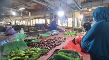 Pedagang jengkol di Pasar Cisalak saat melayani pembeli.