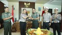Polda Jatim silaturahmi dan memberikan ucapan selamat HUT ke-74 TNI kepada Pangdam V Brawijaya. (Foto: Liputan6.com/Dian Kurniawan)
